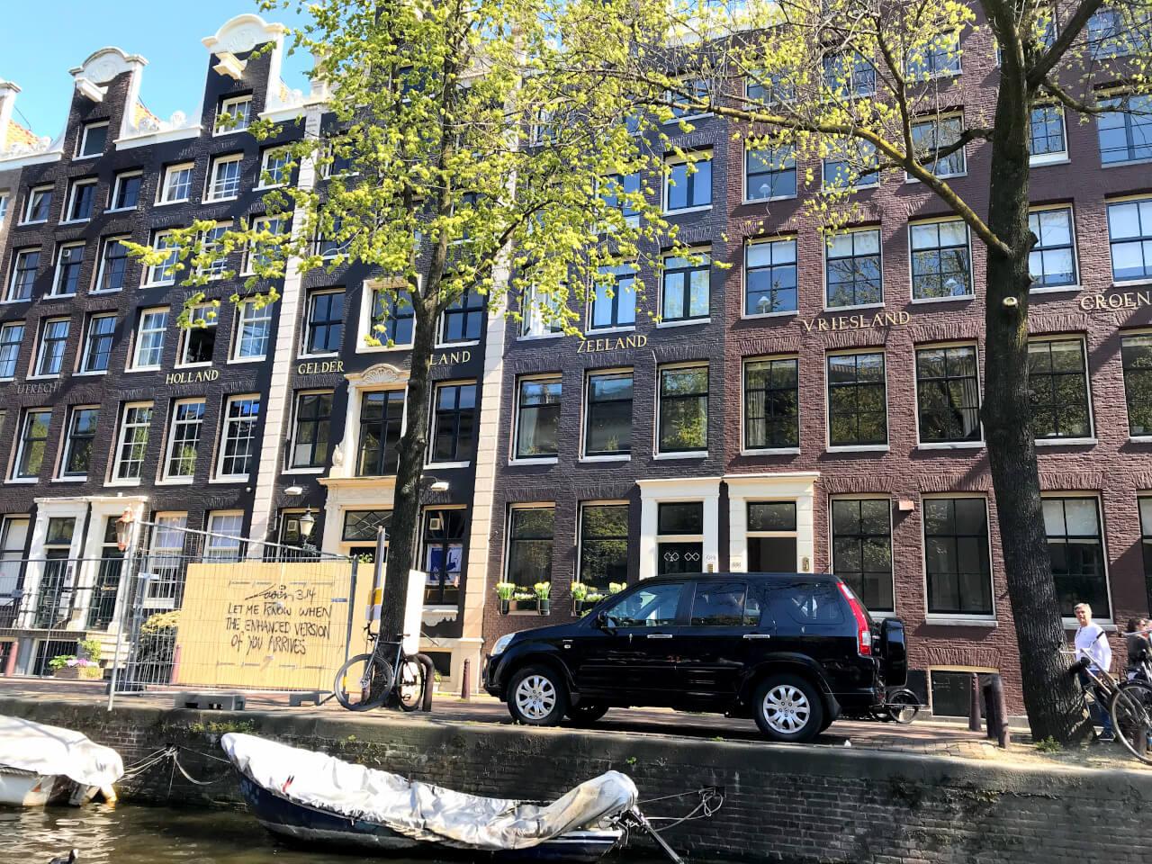 Charmerende Amsterdam set fra bådtur på en af byens mange kanaler