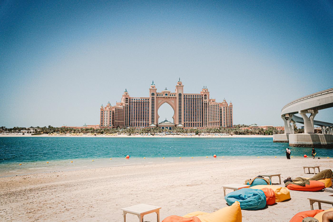 Du finder masser af lækre strand i Dubai - her fra en af strandene på Dubai The Palm med udsigt til Atlantis