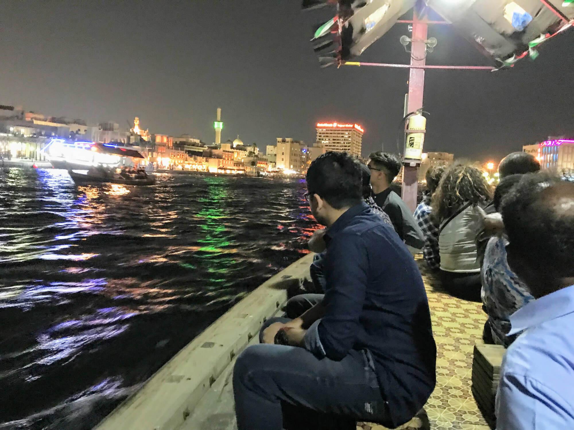 Krydser Dubai Creek i tvivlsom båd